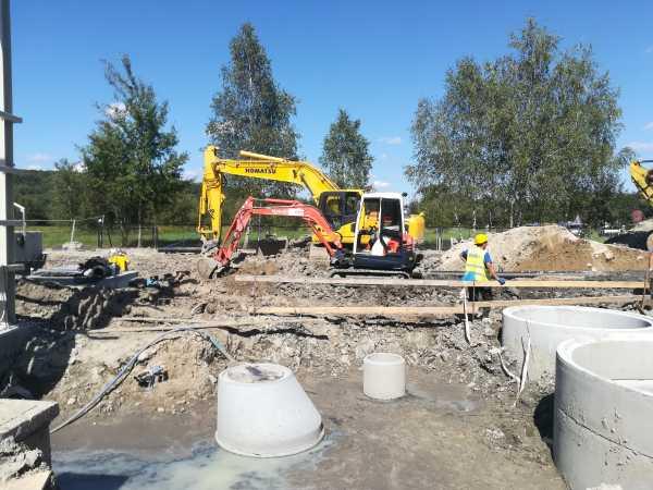 IMG 20190905 124825 600x450 - Roboty ziemne na terenie oczyszczalni ścieków - koparka kraków