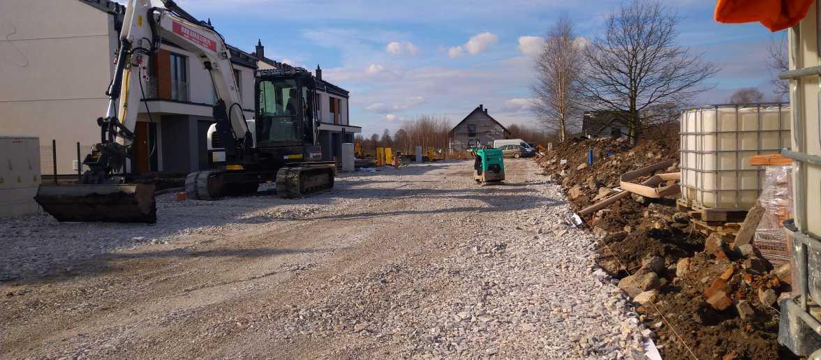 DSC 0178 1176x516 - Wykonanie tymczasowej drogi dojazdowej do osiedla Kraków- Sidzina - koparka kraków