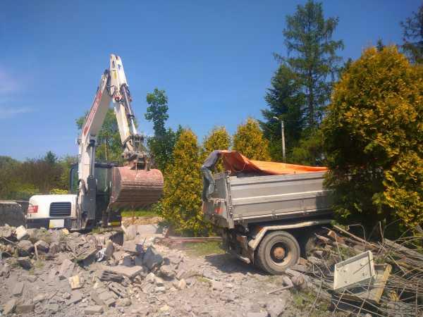 DSC 0328 600x450 - Wyburzenie budynku mieszkalnego na Woli Justowskiej w Krakowie - koparka kraków