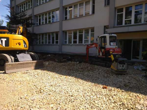 DSC 0383 600x450 - Wykonanie robót ziemnych na terenie kompleksu biurowego KRAKBUD - koparka kraków