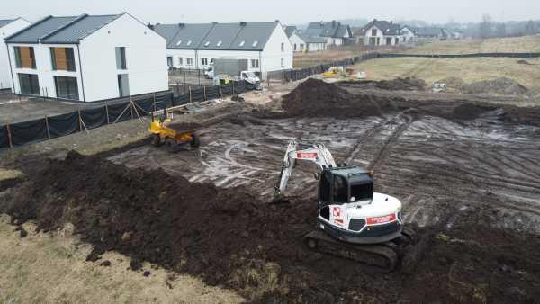 DJI 0088 1 600x338 - Roboty ziemne dla drugiego etapu osiedla domów. - koparka kraków