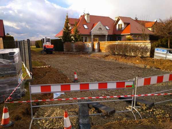 DSC 0147 600x450 - Realizacja robót ziemnych oraz podbudowy pod drogę w Michałowicach - koparka kraków