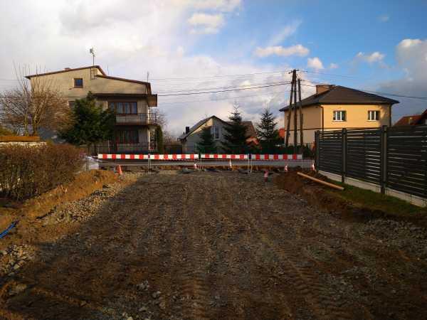 DSC 0149 600x450 - Realizacja robót ziemnych oraz podbudowy pod drogę w Michałowicach - koparka kraków