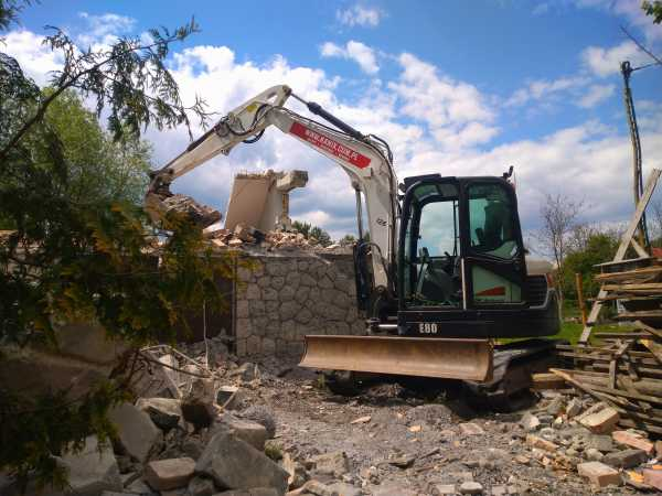 1 600x450 - Wyburzenie budynku mieszkalnego na Woli Justowskiej w Krakowie - koparka kraków